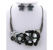 Hard To Bloom Necklace Set
