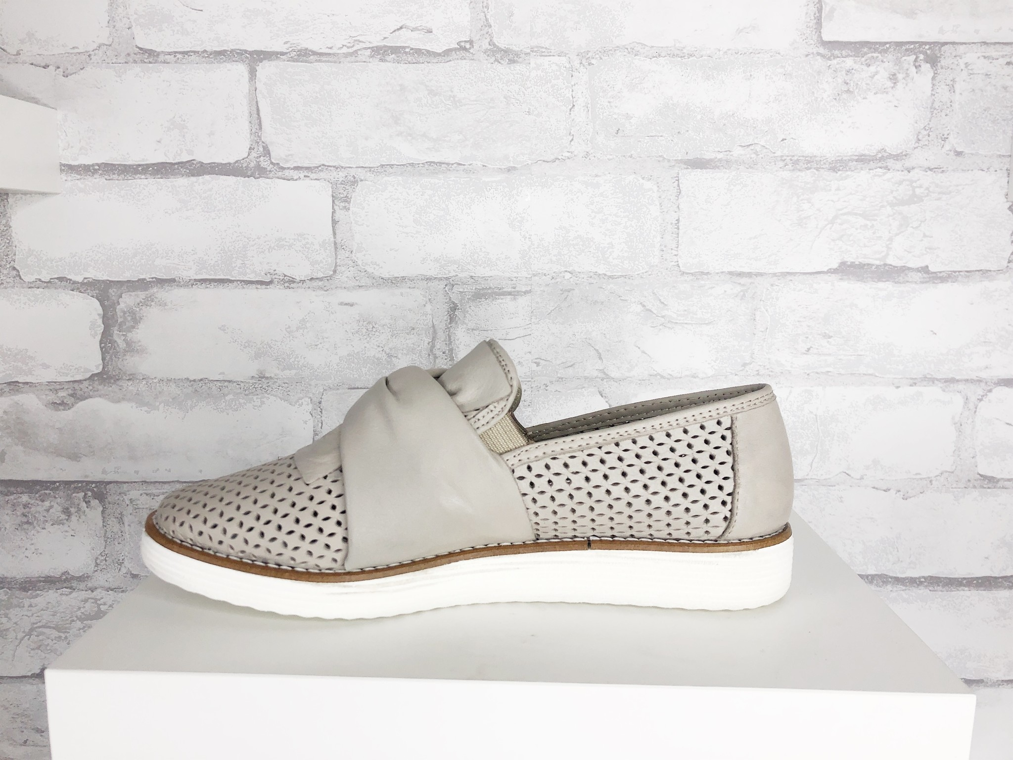 Bueno Whistle Light Grey