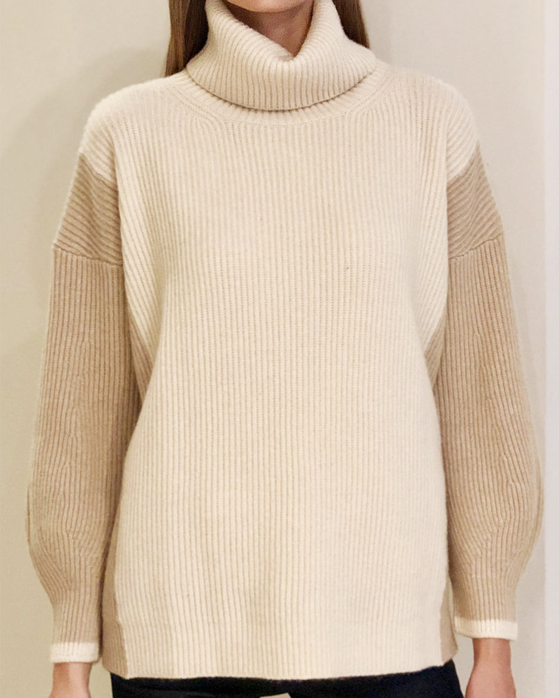 TWO-TONES CASHMRE ROLL NECK WITH BALLOON SLEEVES: SAND-CAMEL