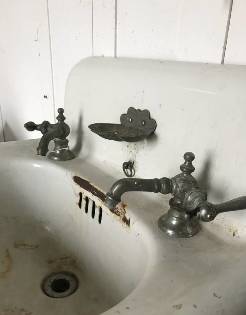 R&F Porcelain Enameled Cast Iron Sink w/ Sea Shell Soap Dish