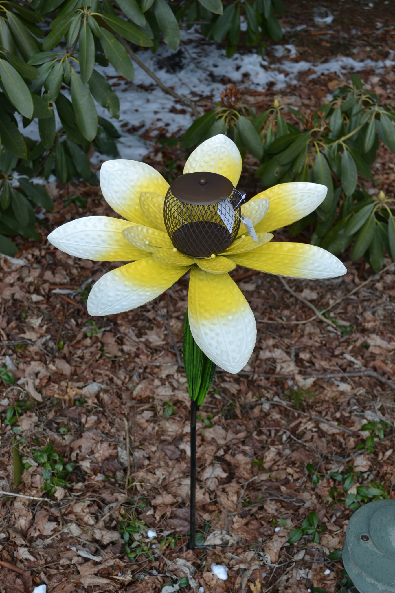 Dimpled Metal Flower Bird Feeder Stake (3-Colors)