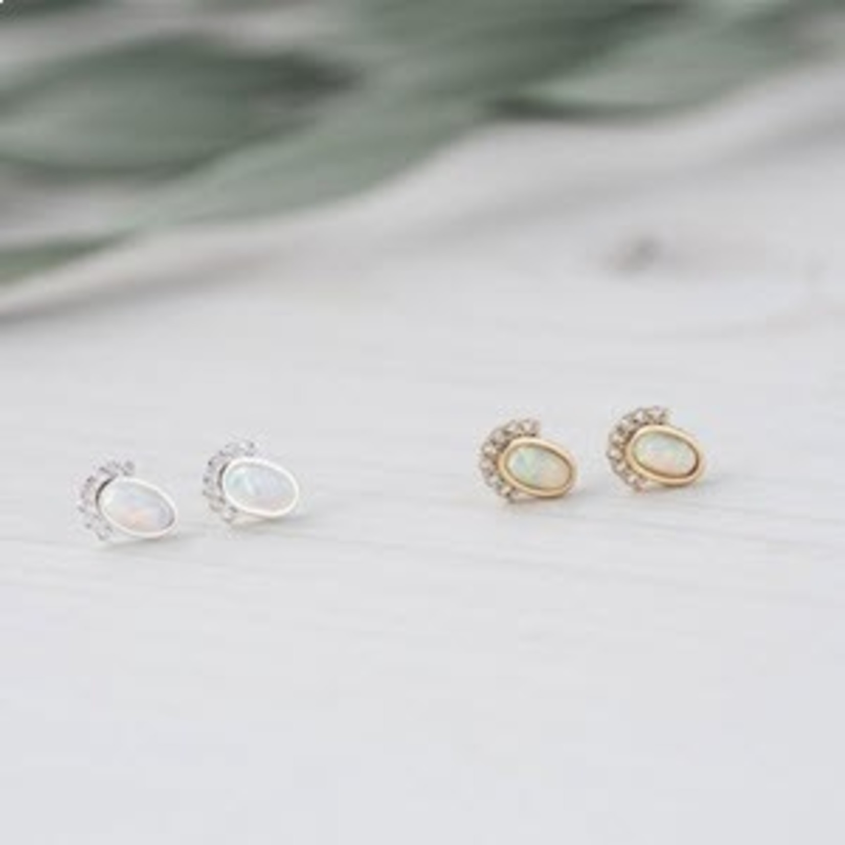 Madame Stud silver/white opal