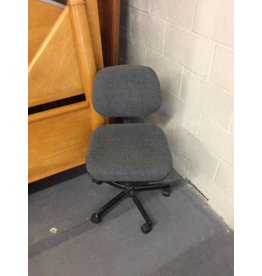Office chair / grey, no arms.
