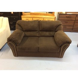 Loveseat / brown w tacks