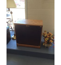 Cabinet / oak w 2 doors