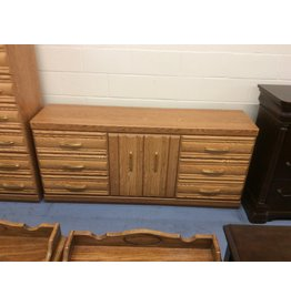 6 drawer dresser / 2 door oak