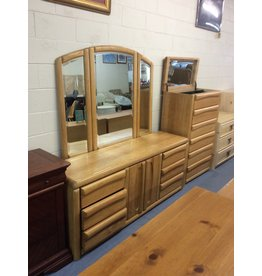 6 drawer, 2 door dresser / oak w mirror