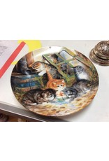 Decor plate kittens drinking water