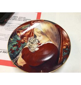 Decor plate girl with kitten