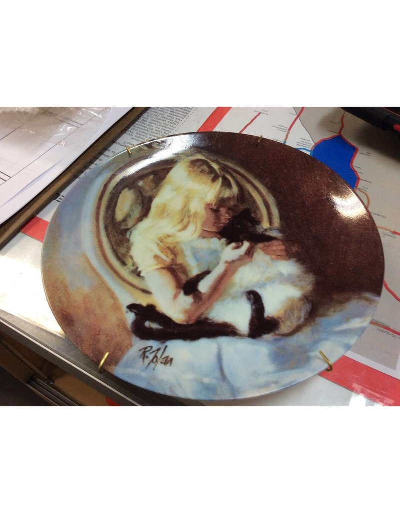 Decor plate girl holding cat