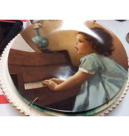 Decor plate girl with piano