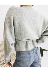 Pull en tricot ceinturé à la taille