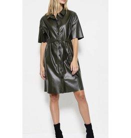 Robe en similicuir couleur olive avec ceinture