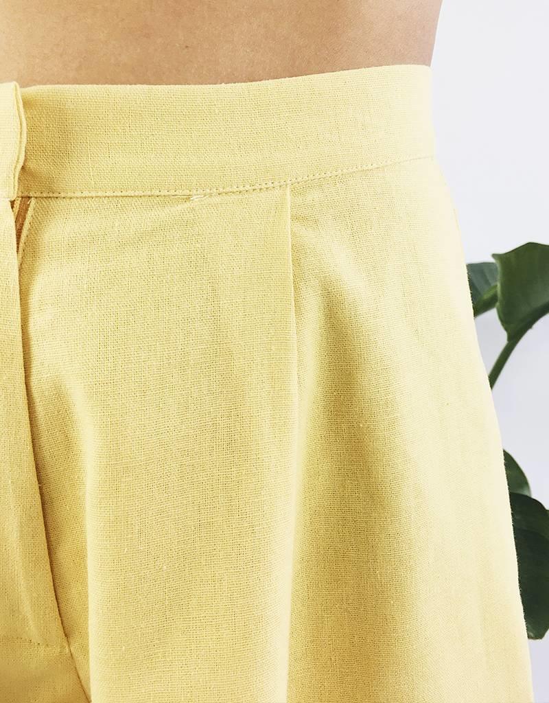 Short taille haute avec détail plissé