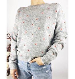 Pull en tricot avec des étoiles rouges