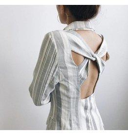 Veste rayée à dos ouvert et détail croisé