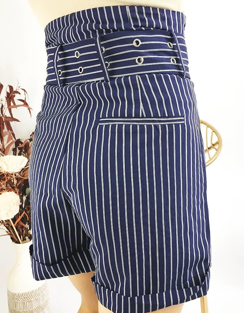 Short rayé taille haute avec ceinture assortie