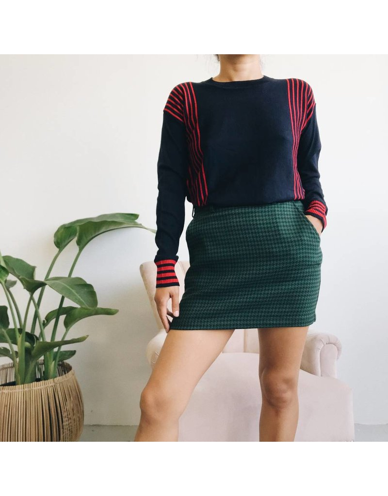 Pull en maille marine à rayures rouges
