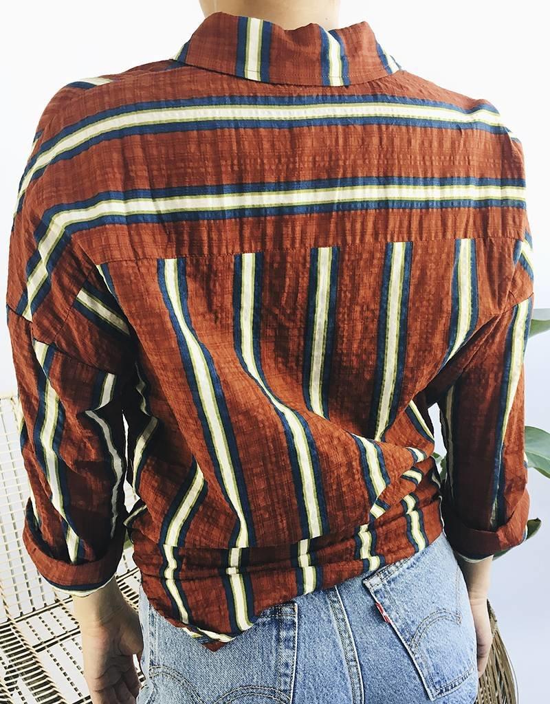 Chemise rayée nouée devant