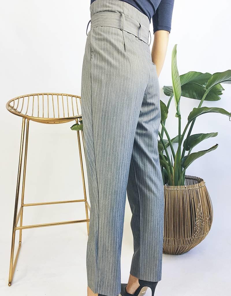 Pantalon taille haute avec ceinture à fines rayures