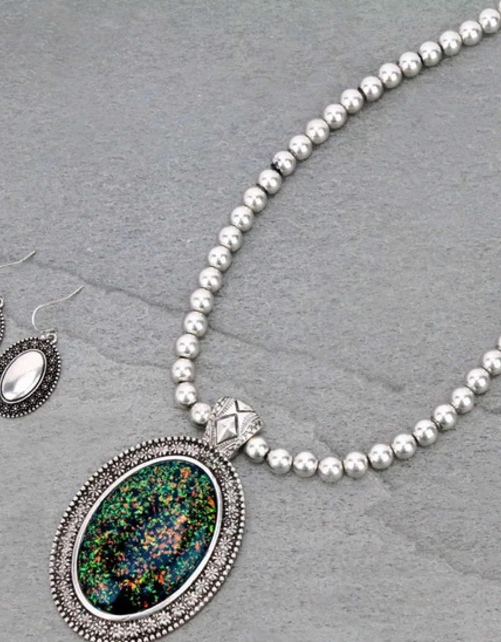 NECKLACE TAILORED WITH BLACK SPARKLE OVAL SHAPE OPAL