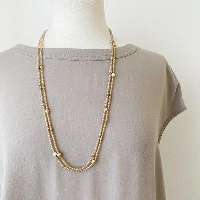 Caracol Long collier avec billes de verre et métal rose