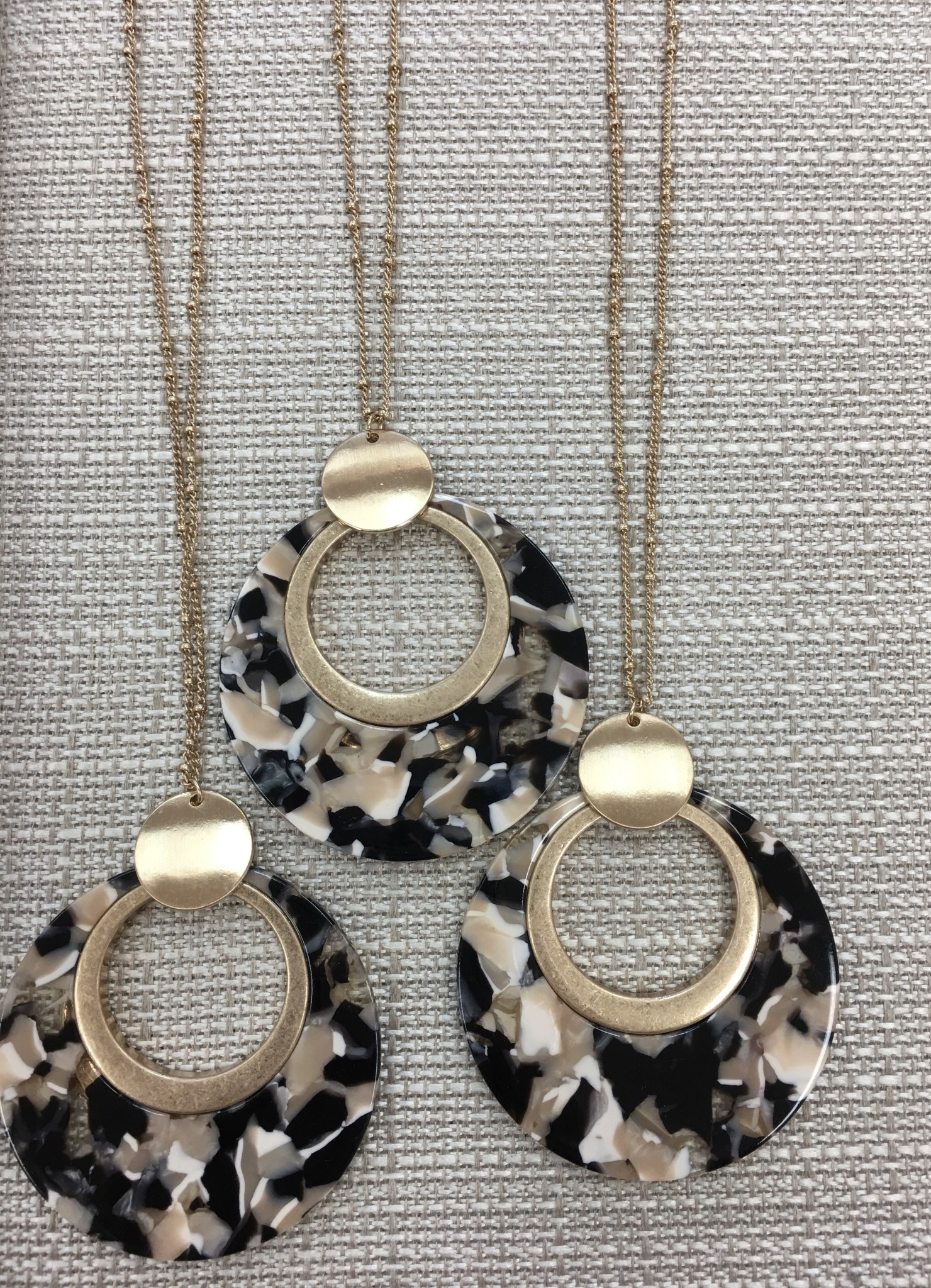 Circle Resin Pendant Necklace in Black/Natural
