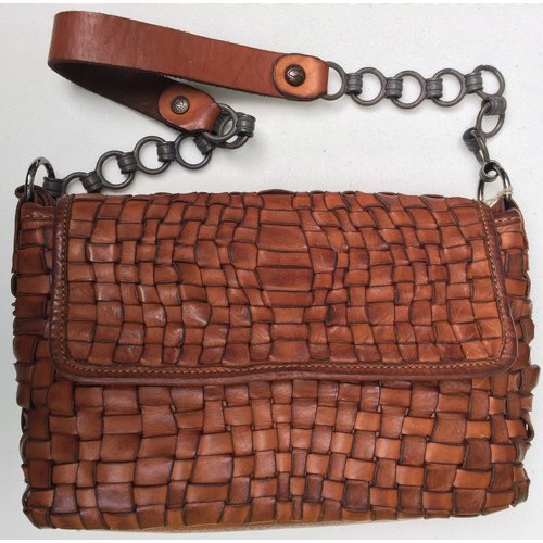 Campomaggi 100% Genuine leather. Woven handbag with flap and chain. Cognac.