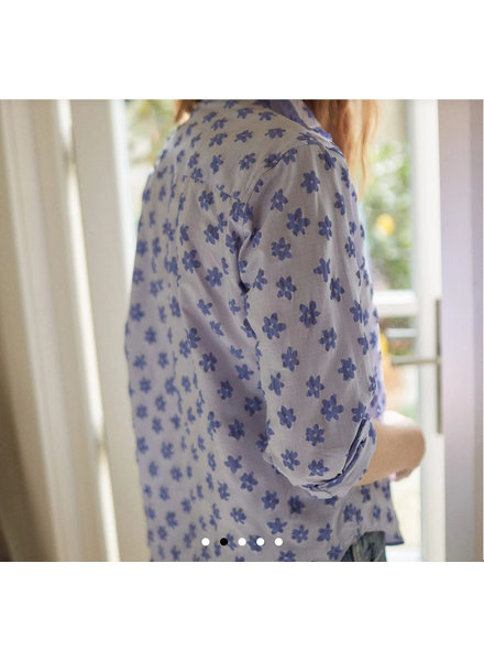 FRANK & EILEEN FRANK BUTTON DOWN IN BLUE PRINTED FLOWERS