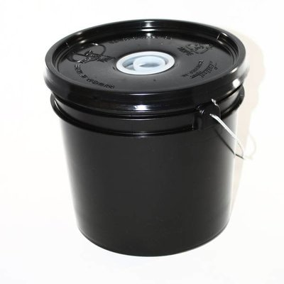 Feeder Bucket Black Plastic Plug top