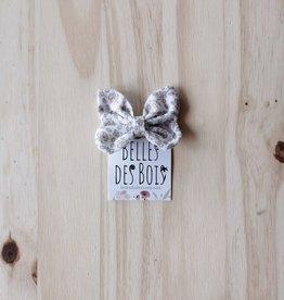 Belle des bois Boucle sur mini-clip : Fleurs beiges sur fond blanc