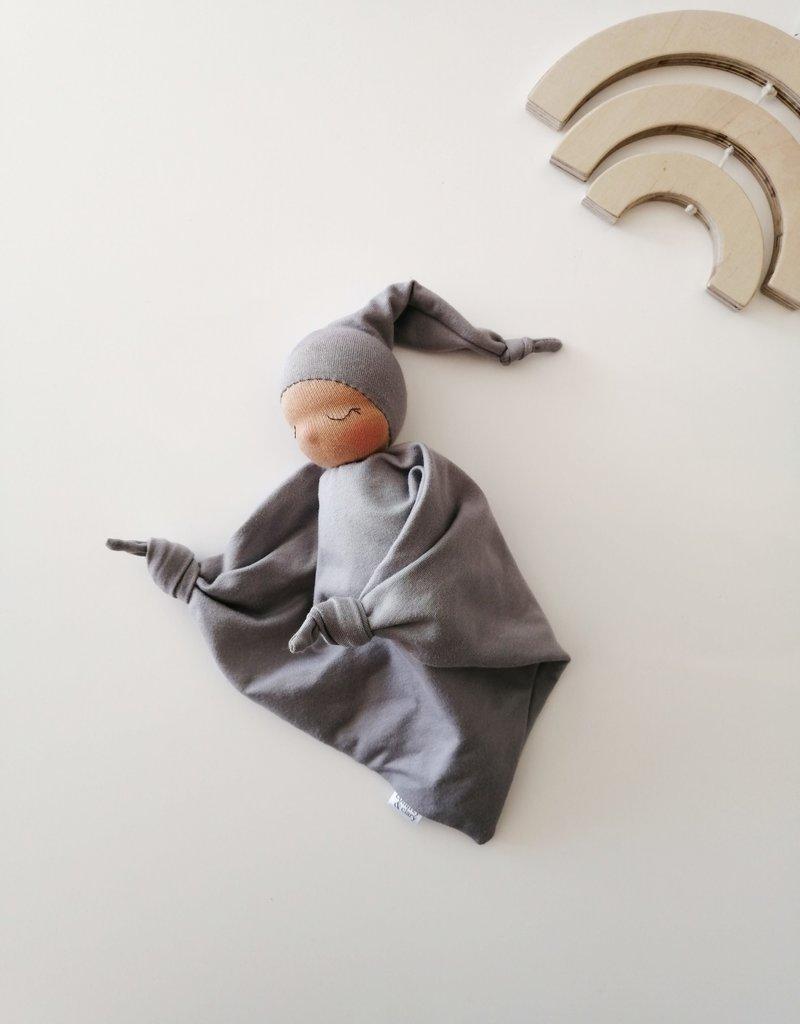 Comfrey & Clary Bébé endormi waldorf - Coton de bambou - Gris