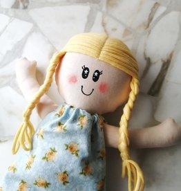 Étincelles et moi Poupée de chiffon - Milly avec robe bleu et jaune