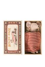 Maileg Grande soeur souris avec jupe ocre dans une boîte d'allumette