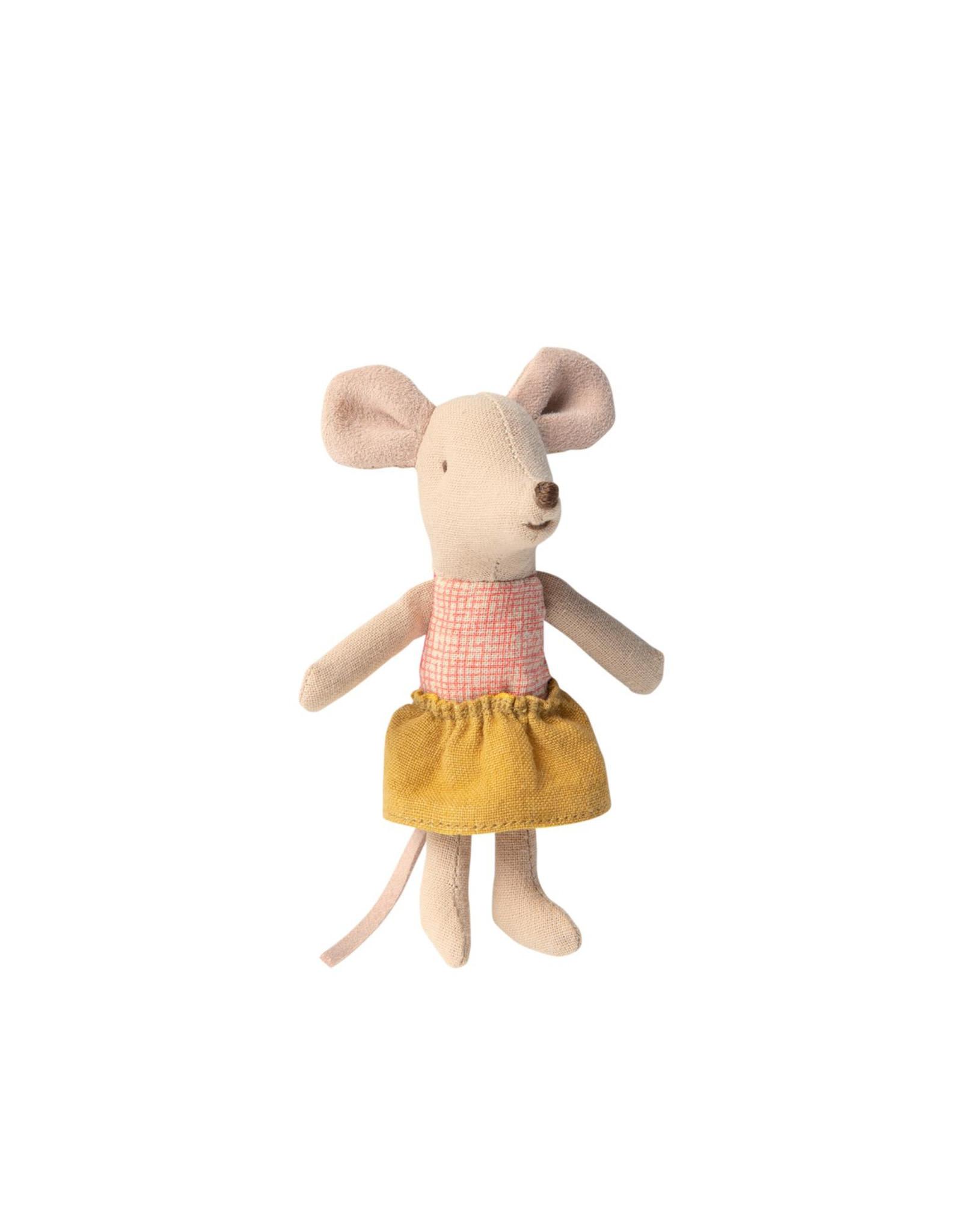 Maileg Petite soeur souris avec jupe ocre dans une boite d'allumette