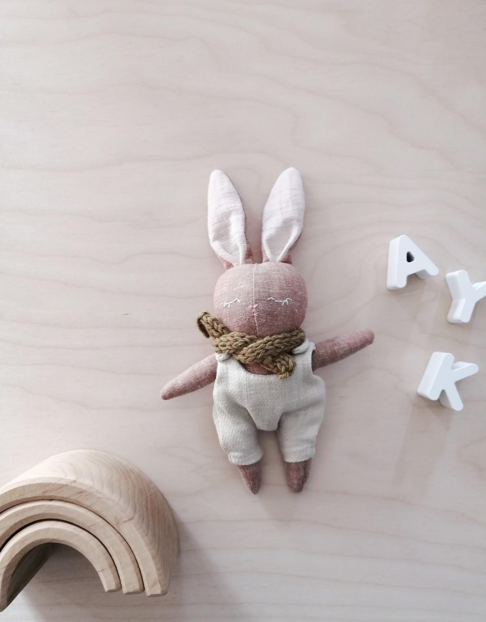 Mes petites lunes Mini Poupée-Peluche -Lapin endormi avec salopette beige et foulard