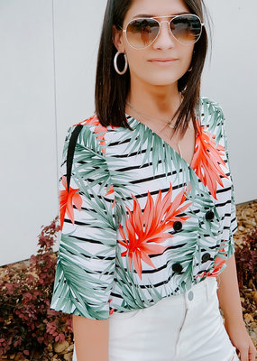 OVERLAP BUTTON DETAIL SHORTSLEEVE TOP TROPICAL PRINT