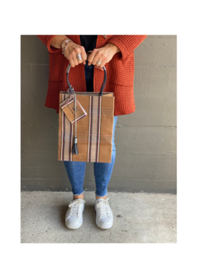 Brave Brown Bag Market Sac Midi in Camel Plaid by Brave Brown Bag