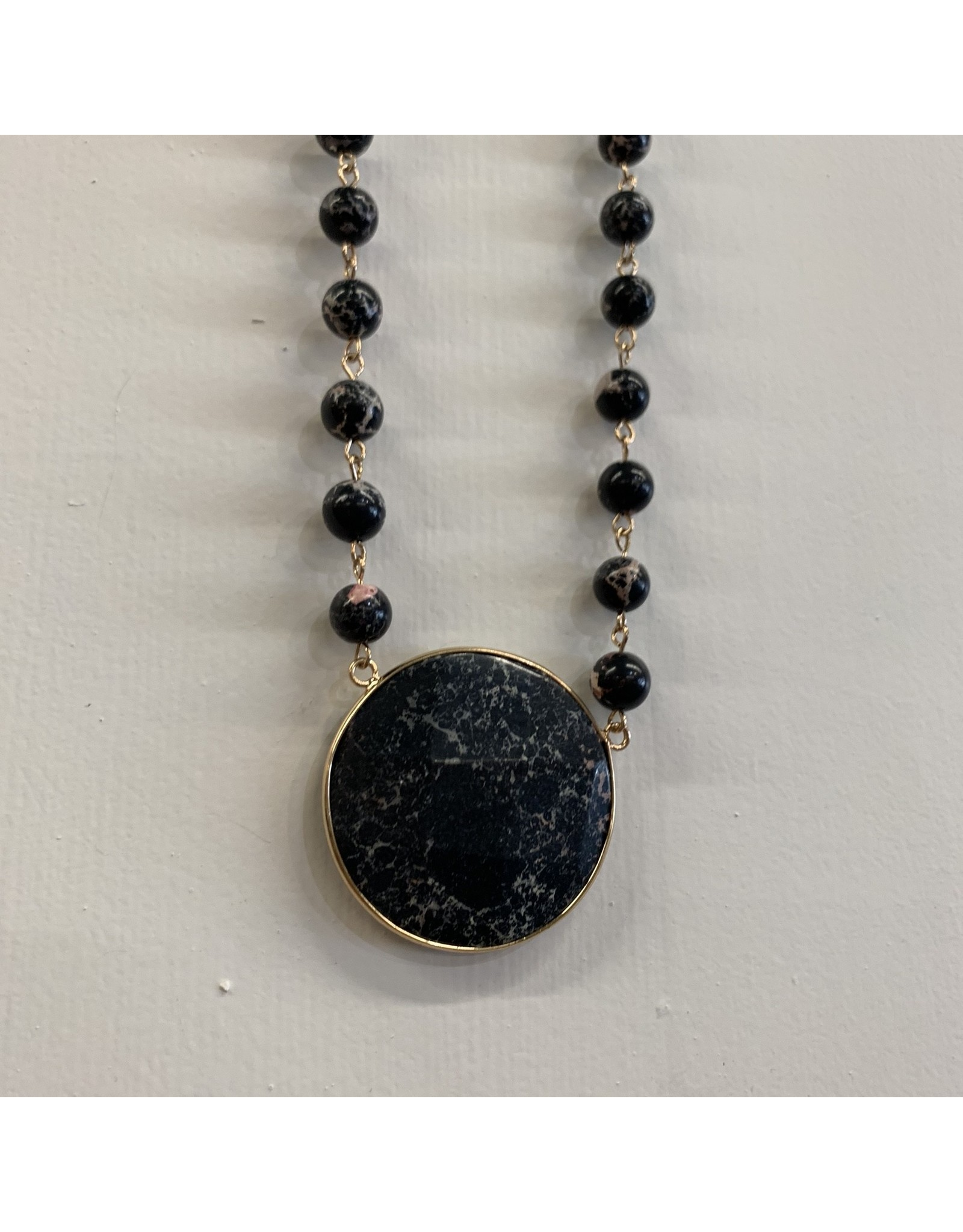 BLACK SHORT BEADED CIRCLE MARBLE STONE PENDANT NECKLACE
