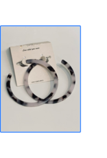 BLACK/WHITE MARBLED RESIN HOOP EARRING