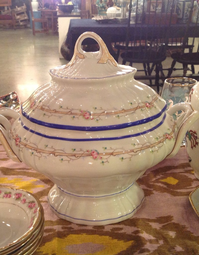 Centerpiece, porcelain, covered, footed, white