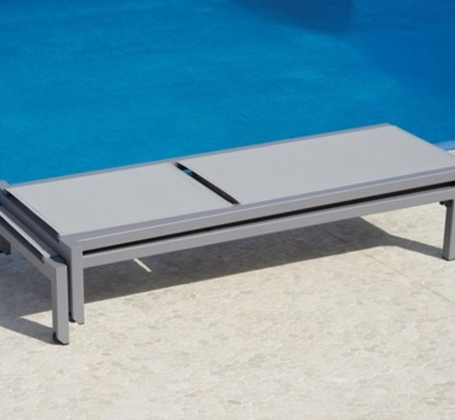 RELAX SUNBED IN LIGHT GREY ALUMINUM WITH LIGHT GREY CANE-LINE TEX SLING