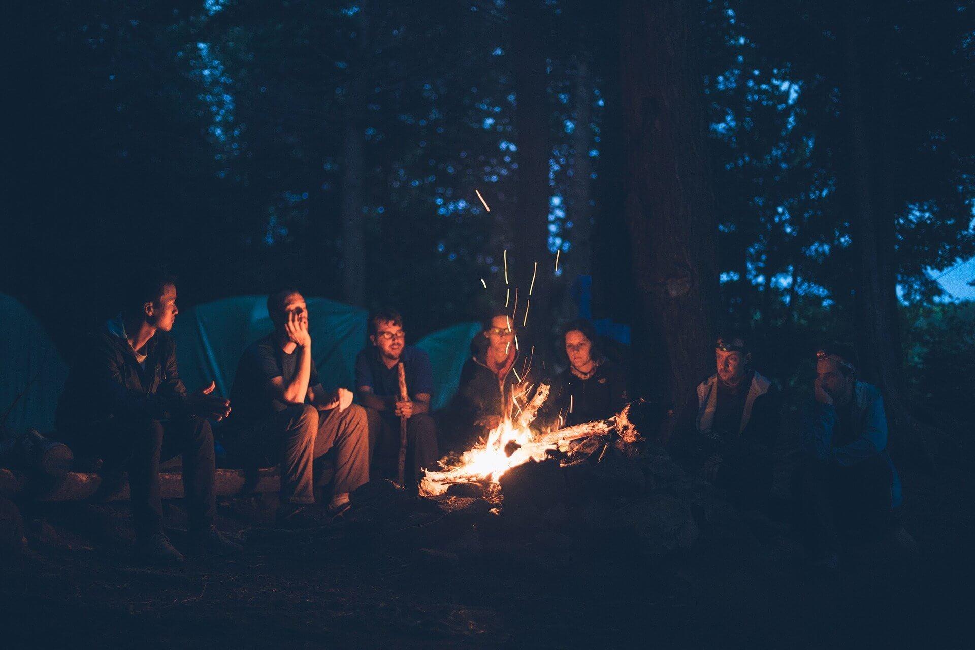 Grignoter autour du feu en camping