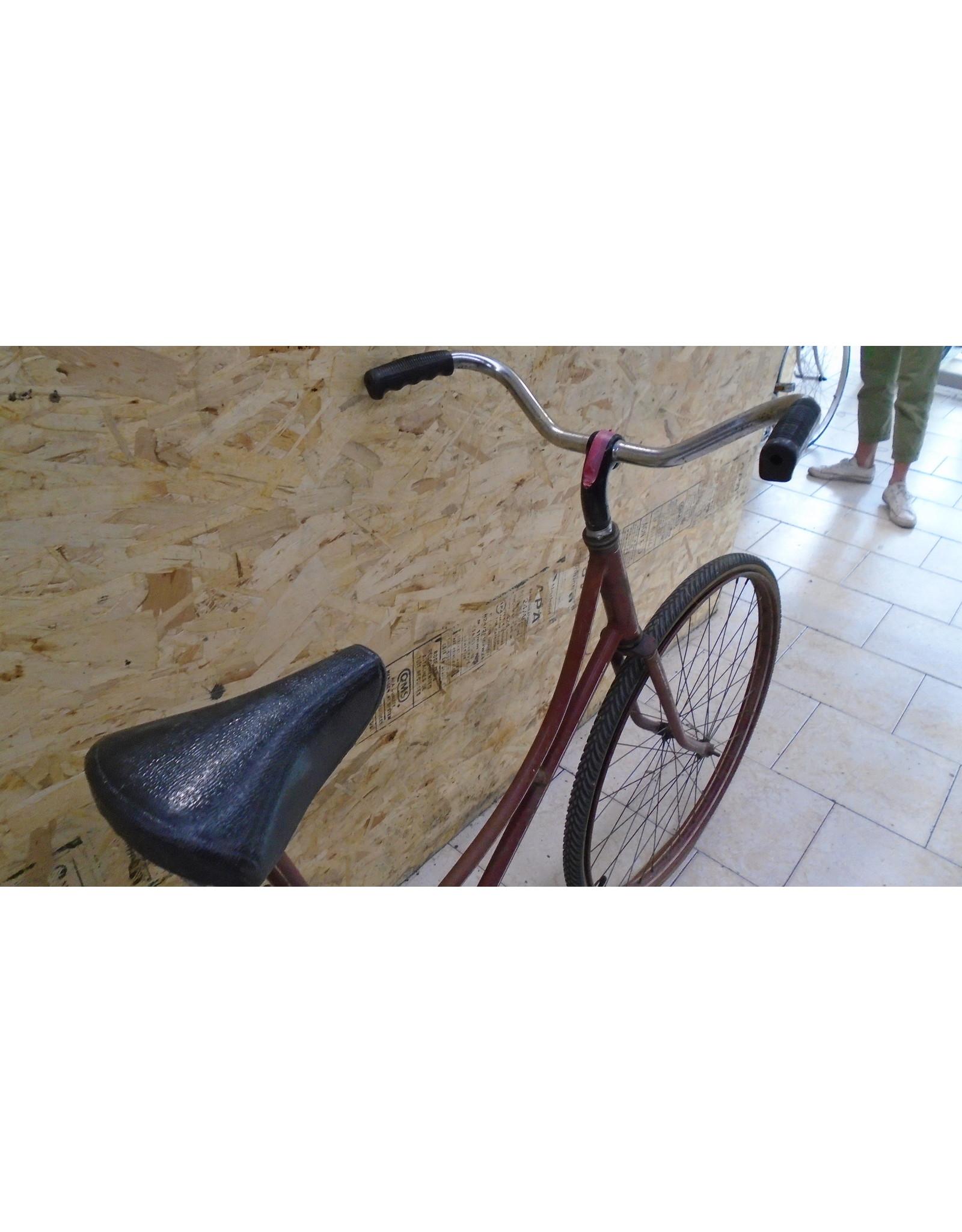 Vélo usagé antique rouge