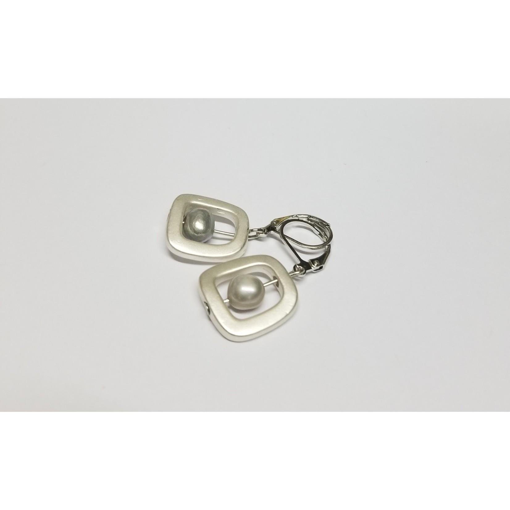 Sea Lily Earrings/SilverGeometric/SilvrFreshwaterPearl