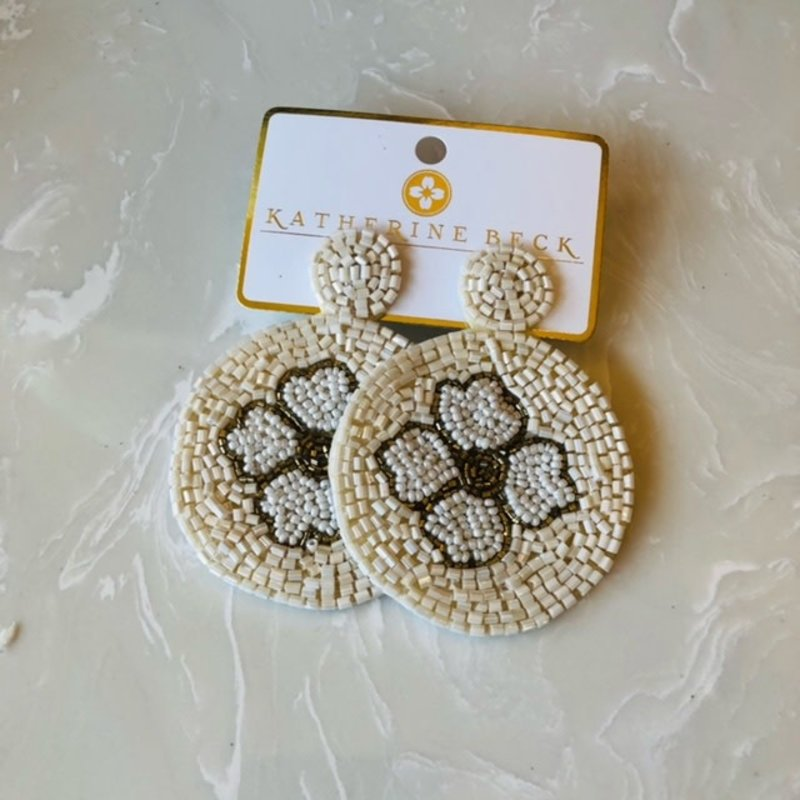 ep26233-001 ivory bead flower disc earrings