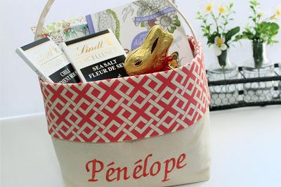 Pénélope ajoute de la couleur pour Pâques