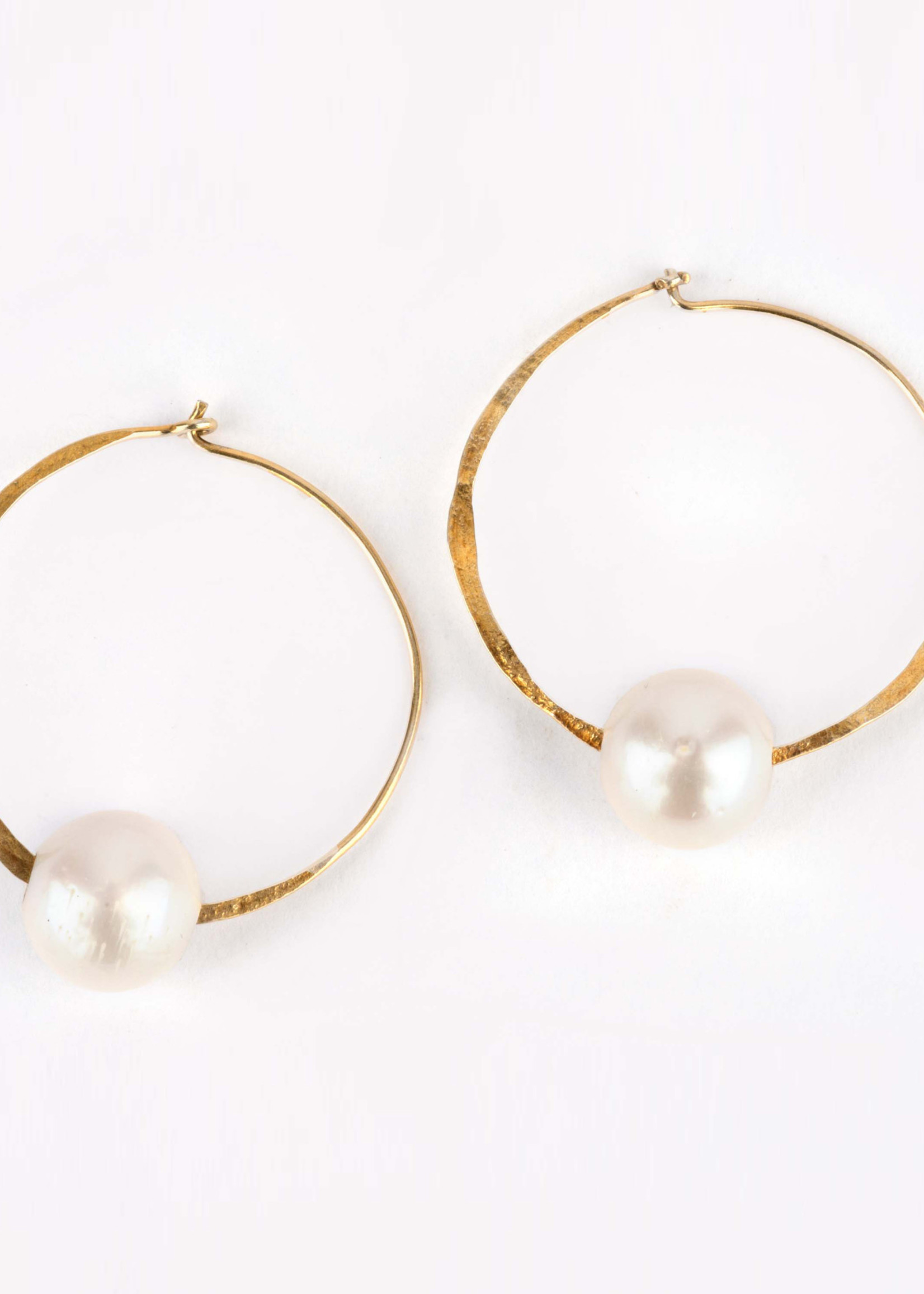 Mina Danielle 25mm Hammered Gold Hoop Earrings with White Pearl