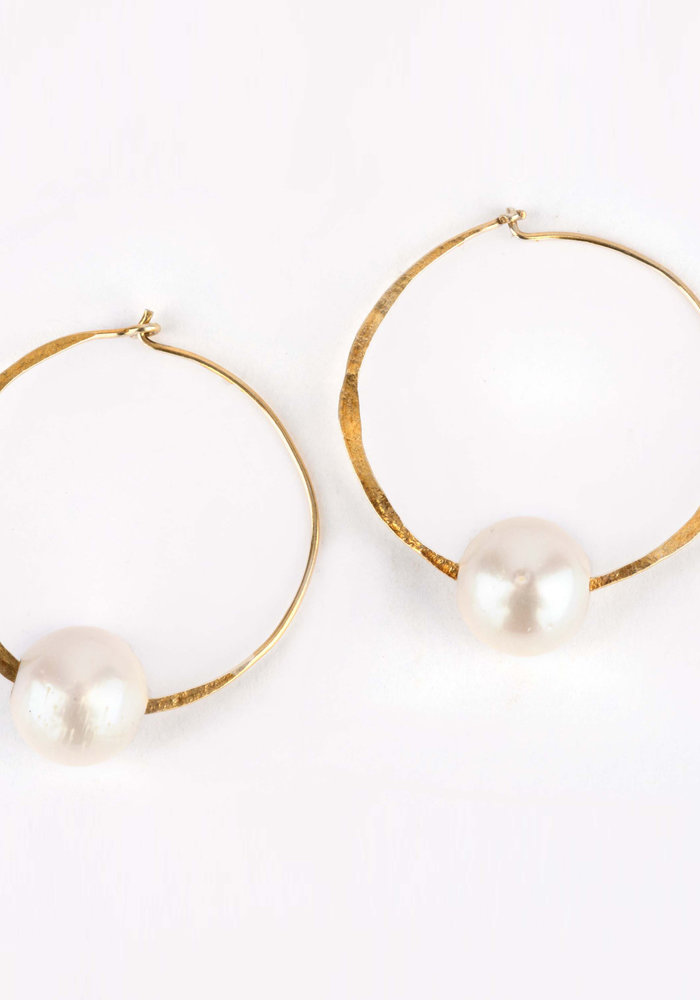 25mm Hammered Gold Hoop Earrings with White Pearl