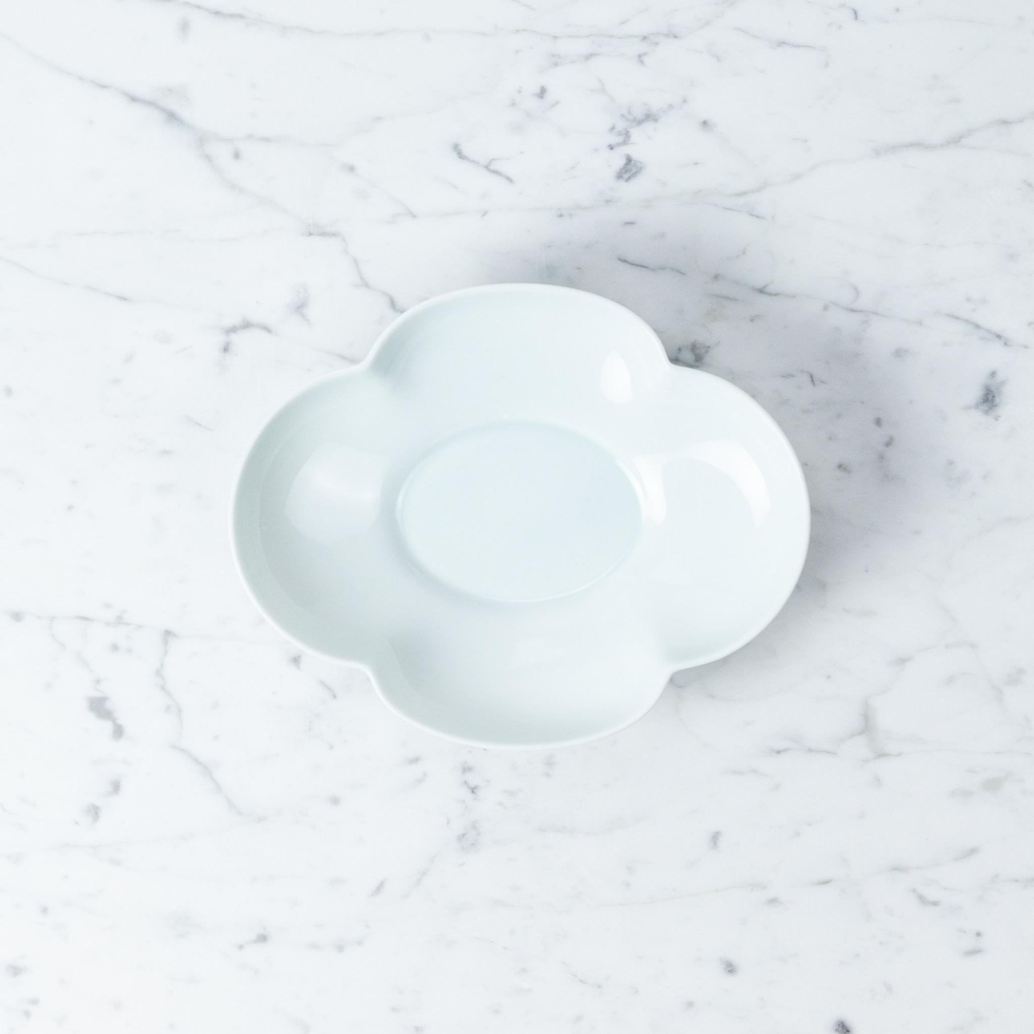 "MIZU MIZU mizu-mizu Mokko Long Clover Porcelain Bowl - Bluish-White - 8"""